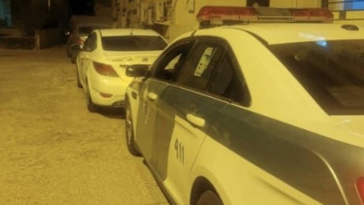 وثقت الحادث كاميرات المراقبة.. المرور يضبط قائد مركبة اصطدم بسيارة متوقِّفة وفر هاربًا