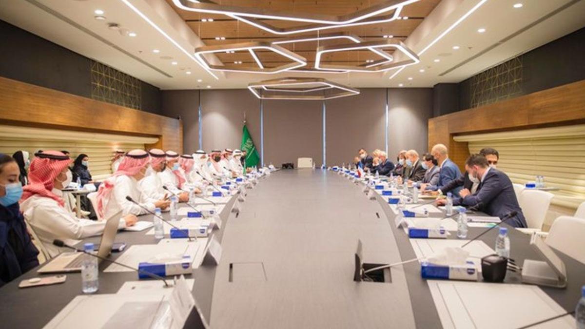 الأمير عبدالعزيز بن سلمان يبحث مع وزير فرنسي أوجه التعاون المشترك