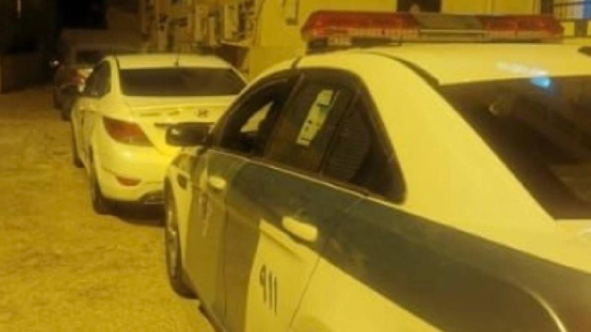 قائد مركبة يحاول دهس شخص ويصدم سيارة.. و«المرور» يضبطه