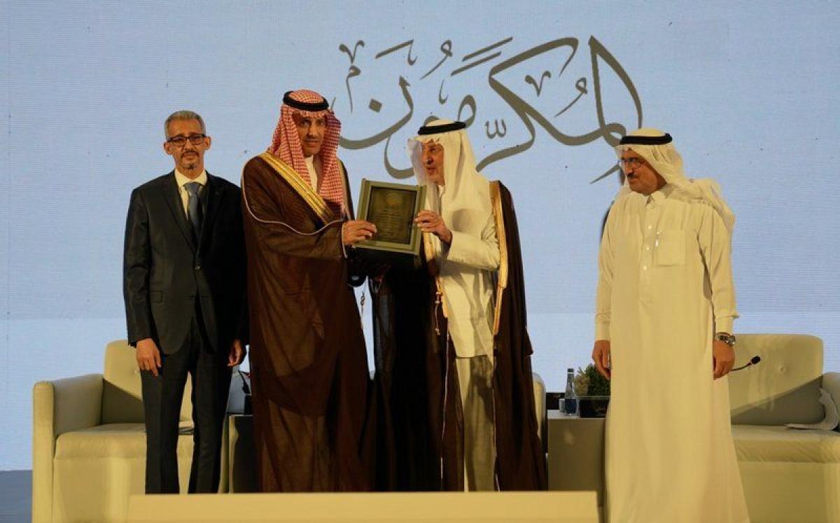"""شاهد.. منتدى الجوائز العربية يكرم أمين عام جائزة """"الملك عبدالله ل"""