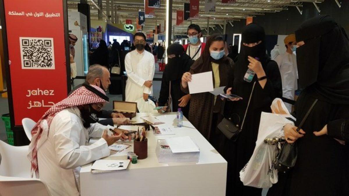"""زوار """"كتاب الرياض"""" يستمتعون بتحويل أسمائهم لنماذج لجماليات الخط ا"""