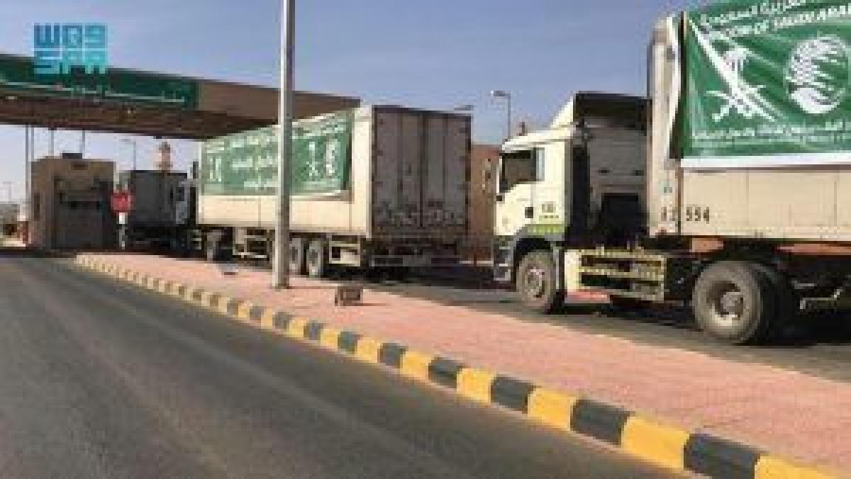 """تحمل 2,049 سلة غذائية.. عبور 11 شاحنة مقدمة من """"سلمان للإغاثة"""" منفذ الوديعة متوجهة لليمن 4:32 مساءً5 أكتوبر, 2021"""