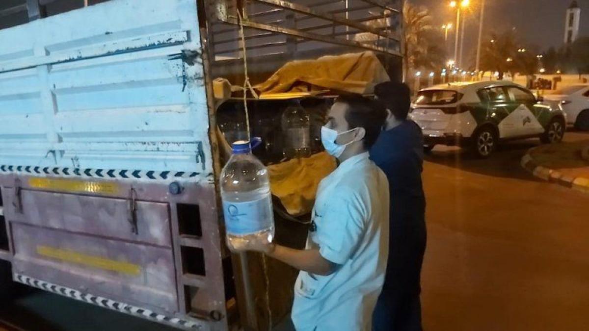 """""""خالفت الاشتراطات الصحية"""".. ضبط شاحنة نقل محملة بعبوات مياه زمزم قبل توزيعها بمكة 3:23 مساءً5 أكتوبر, 2021"""