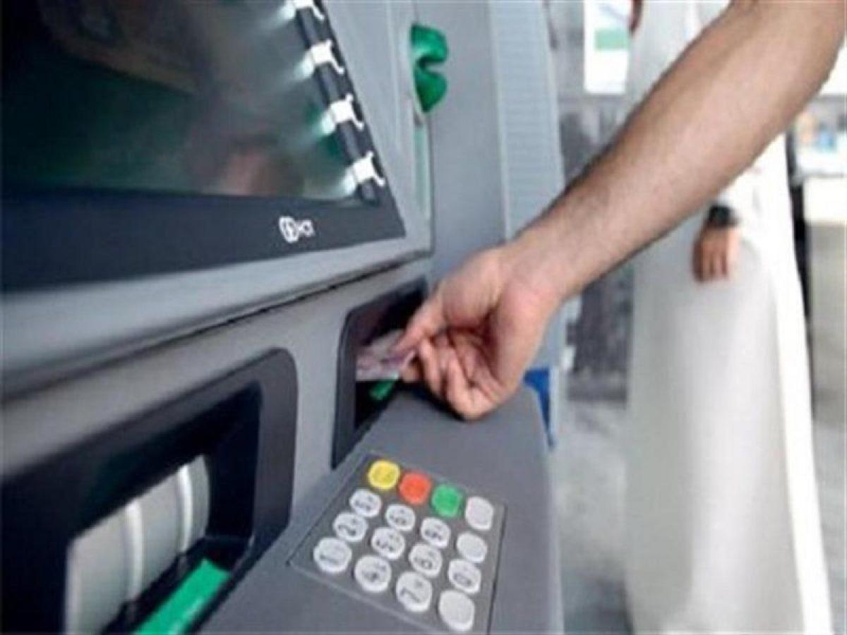 """خبير مصرفي: هنا تكمن مشكلة إهمال إيصال عمليات جهاز """"الصراف الآلي"""""""