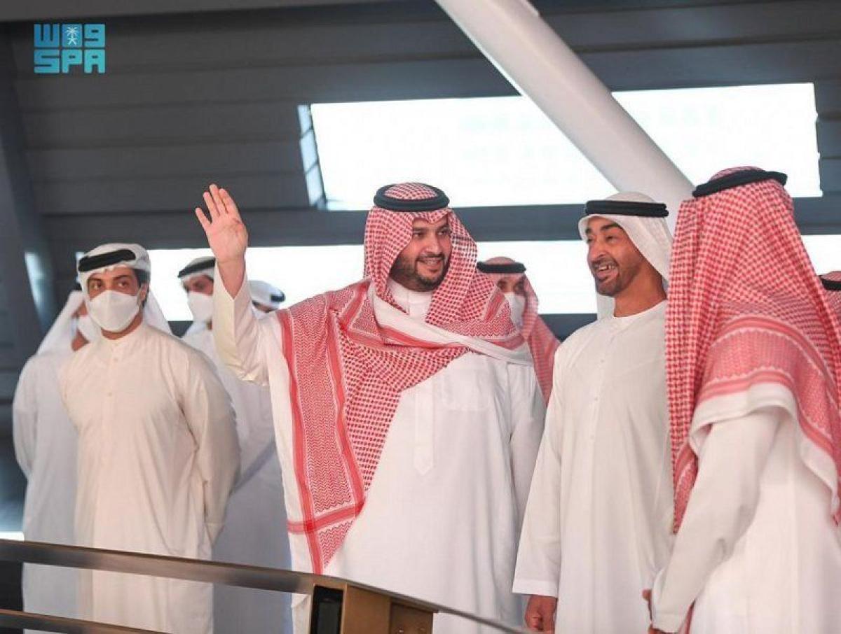 """""""تركي بن محمد"""" يستقبل ولي عهد أبو ظبي في جناح المملكة في """"إكسبو 2"""