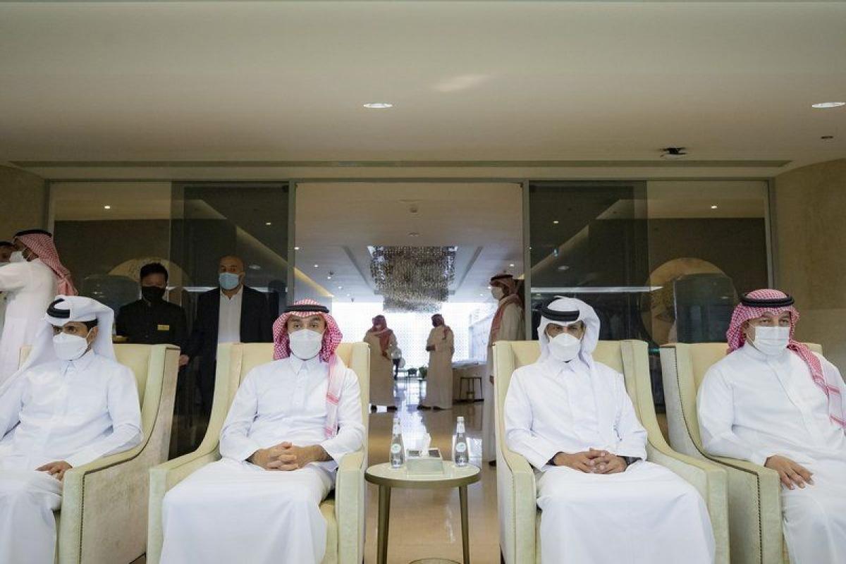 """""""الفيصل"""" ورئيسا الاتحاد القطري وباريس يتابعون مباراة الأخضر واليا"""
