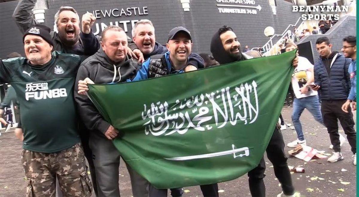 شاهد: ارتدوا الشماغ وحملوا العلم السعودي.. احتفالات إنجليزية صاخب