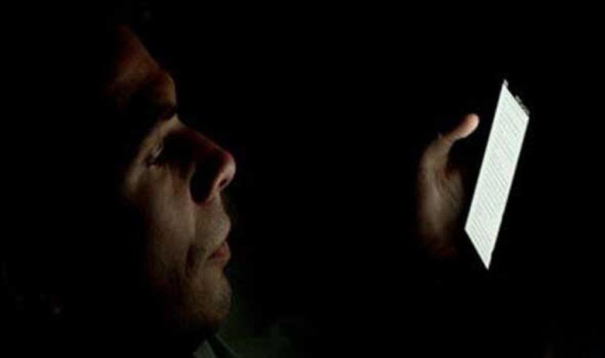 هل استعمال الجوال في الظلام يسبب العمى.. استشاري جراحة عيون يجيب (فيديو) أبرز المواد