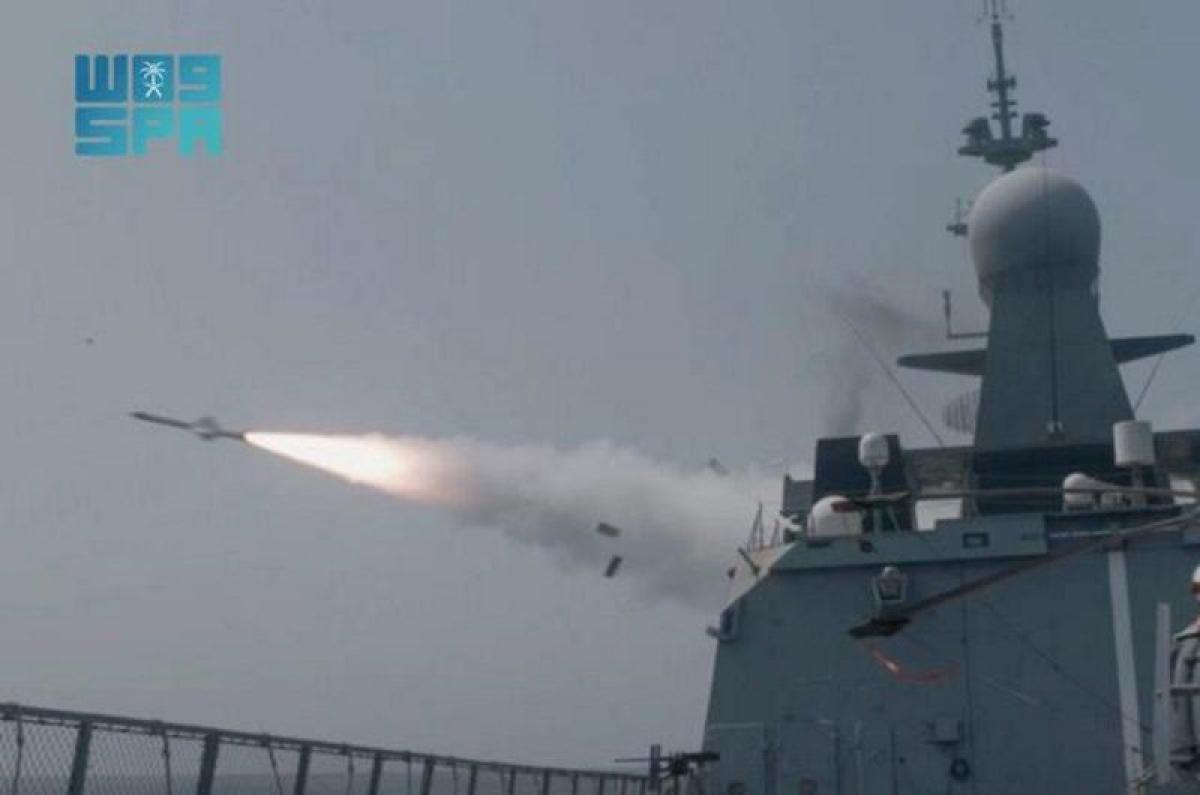 """القوات البحرية تنفذ رماية بالصواريخ في منطقة عمليات تمرين """"مناورا"""